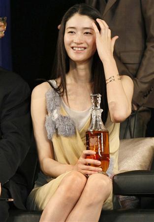 イエローのドレスにウイスキーを持つ姿が美しすぎる女優・小雪